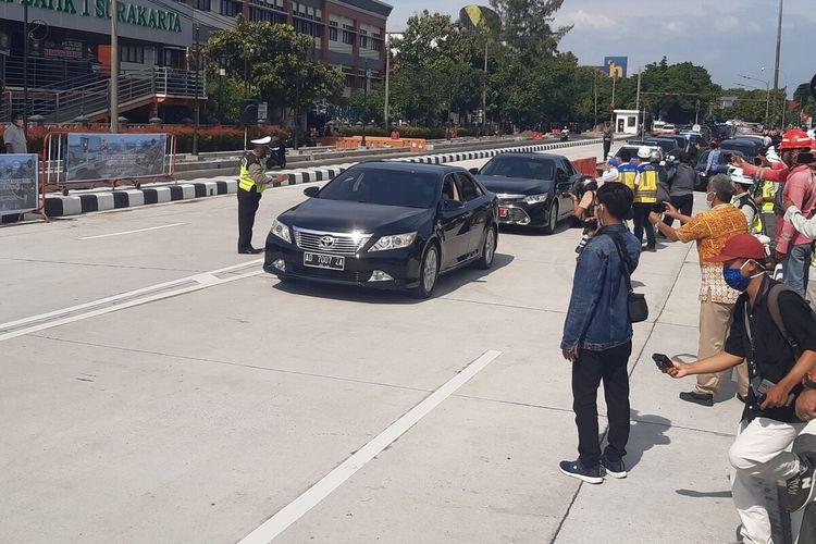 Kendaraan melintasi flyover Purwosari dalam uji coba di Solo, Jawa Tengah, Senin (21/12/2020).