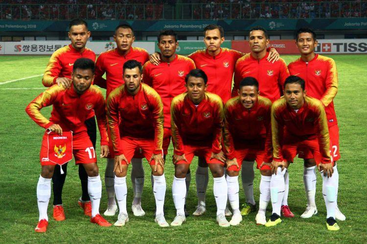 Tim sepak bola Indonesia foto bersama sebelum melawan tim sepak bola Laos pada penyisihan Grup A Asian Games 2018 Indonesia stadion Patriot Bekasi, Jumat (17/08/2018).