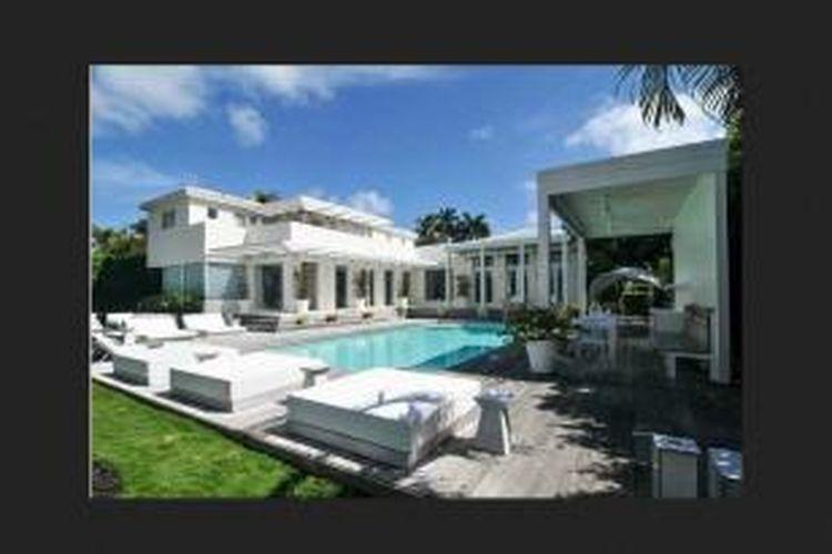 Shakira tengah menjual rumah mewahnya di North Bay Road, Miami Beach, Florida, seharga 14,95 juta dolar AS atau setara Rp 153 miliar. Padahal, ia membeli rumah tersebut pada 2001 hanya seharga 3,38 juta dolar atau Rp 34,7 miliar.