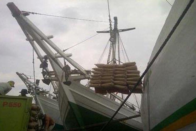 Kegiatan bongkar muat semen di Pelabuhan Sunda Kelapa, Jakarta
