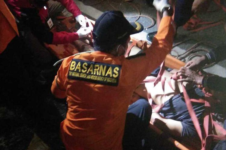 Tim SAR Limapuluh Kota mengevakuasi jenazah korban yang terjatuh dari jembatan Kelok 9 Limapuluh Kota