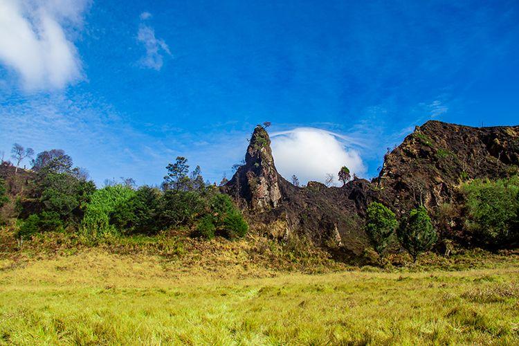 Batu vertikal di Gunung Pakuwaja yang konon Merupakan Paku Pulau Jawa.