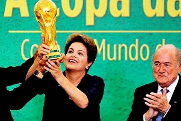 Mantan kapten tim nasional Brasil, Cafu, dan Presiden Brasil Dilma Rousseff mengangkat trofi Piala Dunia di samping Presiden FIFA Joseph Blatter (dari kiri ke kanan), di Brasil, Selasa (2/6).