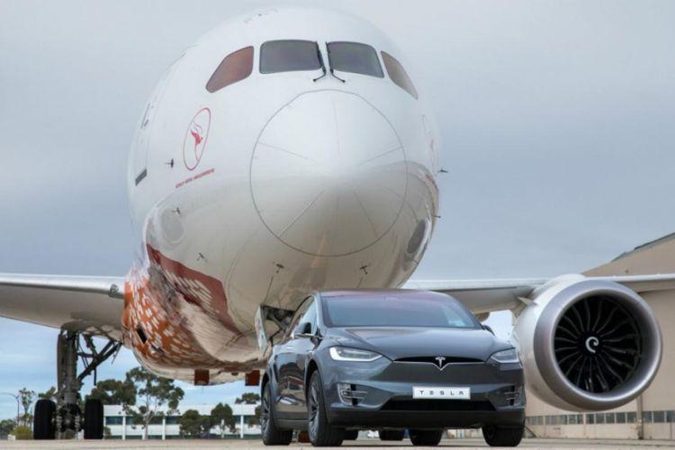 Mobil listrik SUV Tesla menarik pesawat B787.