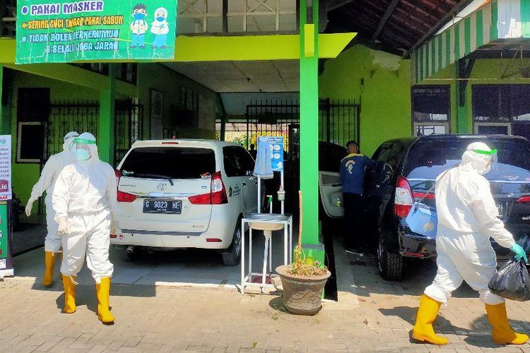 Petugas medis berpakaian pelindung diri lengkap mendatangi MAN Kota Tegal untuk pengambilan swab 25 guru dan siswa menyusul seorang siswinya terkonfirmasi positif Covid-19, Senin (14/9/2020)
