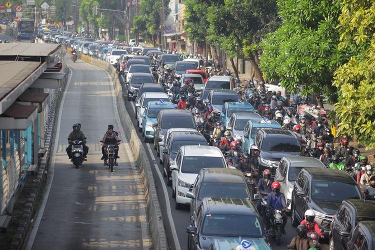 Sejumlah kendaraan terjebak kemacetan di Jalan Mampang Prapatan, Jakarta, Senin (8/6/2020). Pada pekan pertama penerapan Pembatasan Sosial Berskala Besar (PSBB) transisi dan hari pertama dimulainya kembali aktivitas perkantoran, arus lalu lintas di sejumlah jalan di DKI Jakarta terpantau padat hingga terjadi kemacetan.