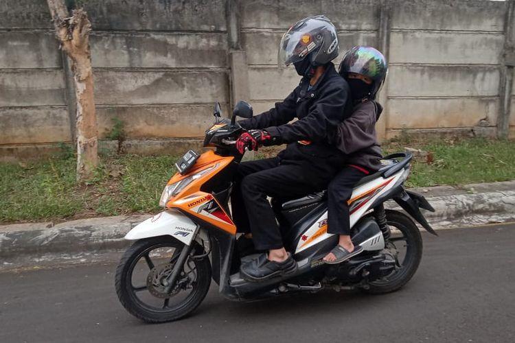 Membonceng anak menggunakan sepeda motor