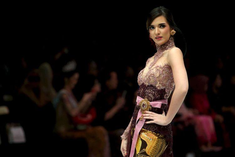 Nia Ramadhani menjadi penampil khusus membawakan baju rancangan Anne Avantie di Indonesia Fashion Week, Jakarta Convention Center, Jakarta, Kamis (29/3/2018). Peragaan busana dengan tema Sekarayu Sriwedari ini merefleksikan 29 tahun Anne Avantie berkarya sebagai perancang busana.
