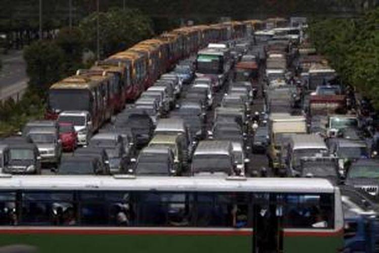 Pengguna kendaraan terjebak kemacetan di Jalan MH Thamrin, Jakarta Pusat, Rabu (10/4/2013).