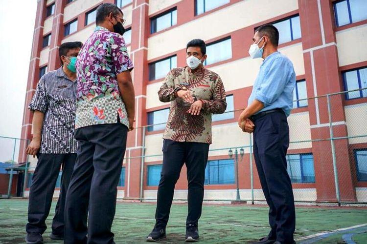Wali Kota Medan Bobby Afif Nasution meninjau fasilitas tempat isolasi mandiri terpadu Hotel Soechi seperti tempat olahraga, tempat berjemur dan alat-alat olahraga lainnya