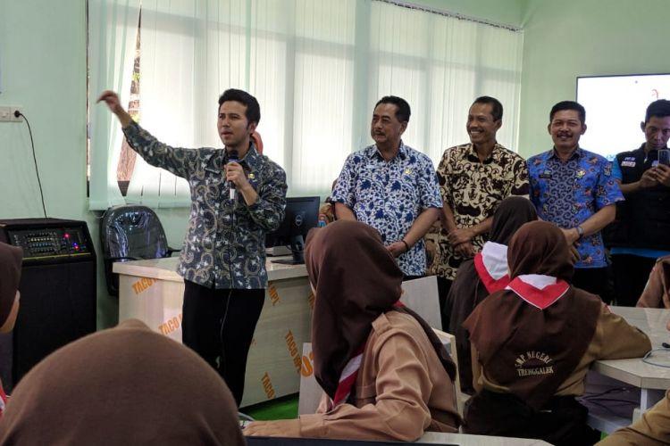 Wakil Gubernur Jawa Timur Emil Elestianto Dardak, saat menjabat sebagai Bupati Trenggalek sedang menjelaskan keunggulan Active Learning Classroom (ALC) di SMPN 1 Trenggalek, Jumat (8/2/2019).