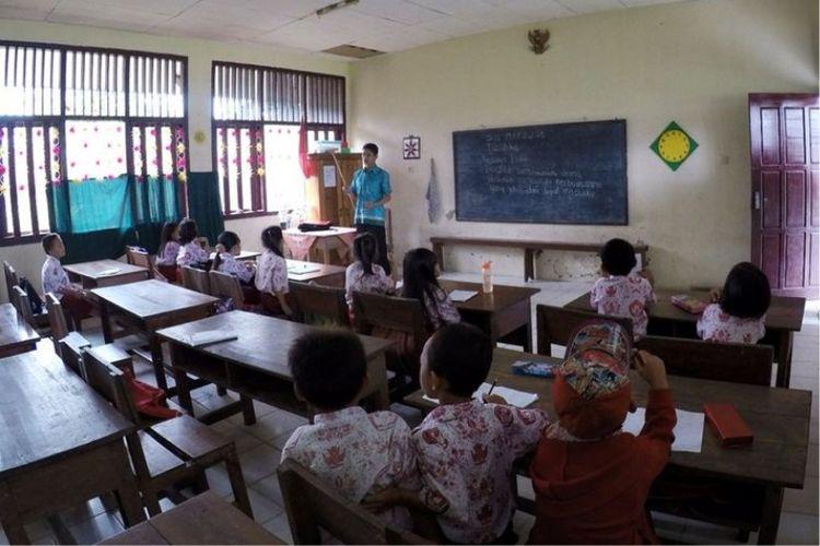 Ilustrasi guru mengajar di kelas.