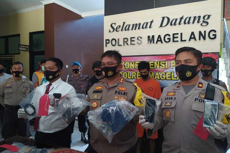 Kapolres Magelang AKBP Ronald A Purba (tengah) menunjukkan barang bukti kasus pembunuhan terhadap Tri Utmawati (29), di mapolres Magelang, Rabu (16/9/2020)
