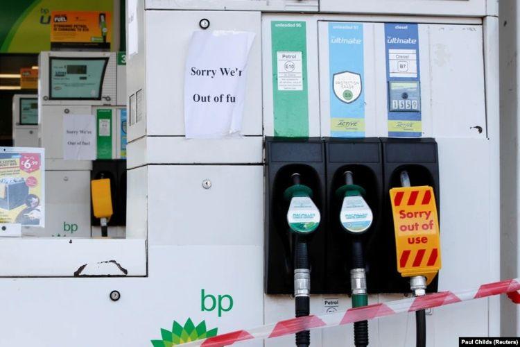 SPBU milik perusahaan migas BP yang kehabisan bahan bakar terlihat di London, Inggris, 26 September 2021. [REUTERS/Paul Childs Via VOA Indonesia]