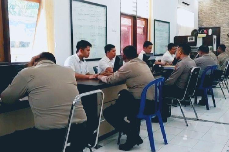 Inilah suasana pemeriksaan 9 tersangka penganiaya Zainal Abidin (29) di Ruang Ditreskrimum Polda NTB, 9 TKS langsung ditahan setelah jalani pemeriksaan, Rabu (25/9/2019).