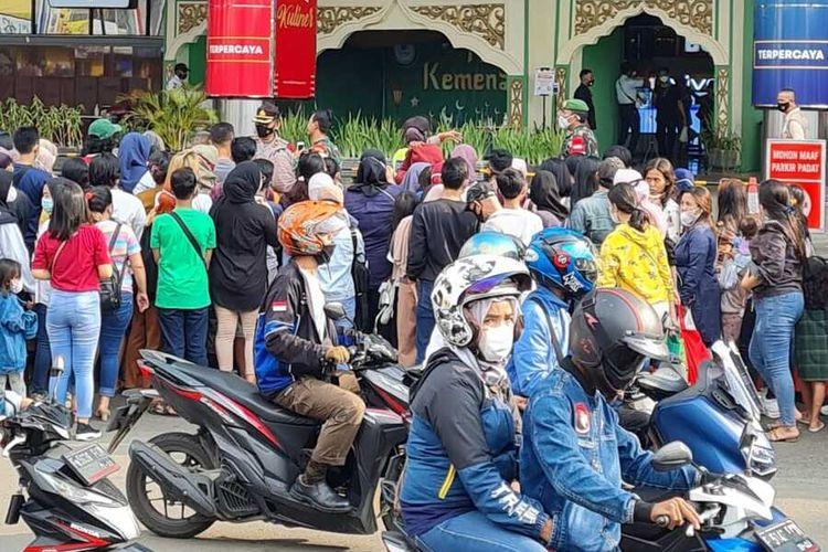 Petugas menutup sementara akses masuk di Mal BTM Bogor karena pengunjung sudah terlalu padat, Minggu (9/5/2021). Akibatnya, antrean pengunjung mengular hingga tepi jalan. Petugas terpaksa membubarkan antrean agar tidak terjadi kerumunan.