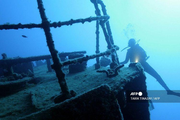 Ilustrasi pencarian kapal karam di bawah laut.