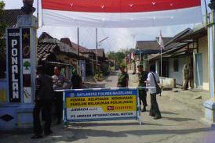 Sejumlah aparat keamanan masih tampak berjagai-jaga di Dusun Ponalan Tamanagung Muntilan Kabupaten Magelang, Selasa (27/8/2013).
