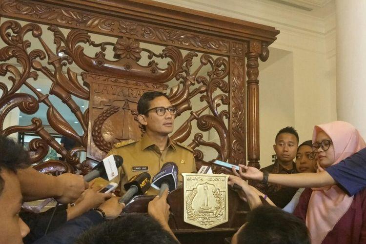Wakil Gubernur DKI Jakarta Sandiaga Uno doorstop dengan menggunakan podium atau mimbar di Balai Kota DKI Jakarta, Senin (11/12/2017).