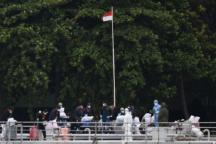 WNI ABK Diamond Princess berjalan setibanya di Pulau Sebaru Kecil untuk diobservasi di Kepulauan Seribu, Jakarta, Kamis (5/3/2020). Sebanyak 68 WNI ABK Diamond Princess akan menjalani observasi di Pulau Sebaru Kecil, sementara satu orang masih harus menjalani pemeriksaan lebih lanjut.