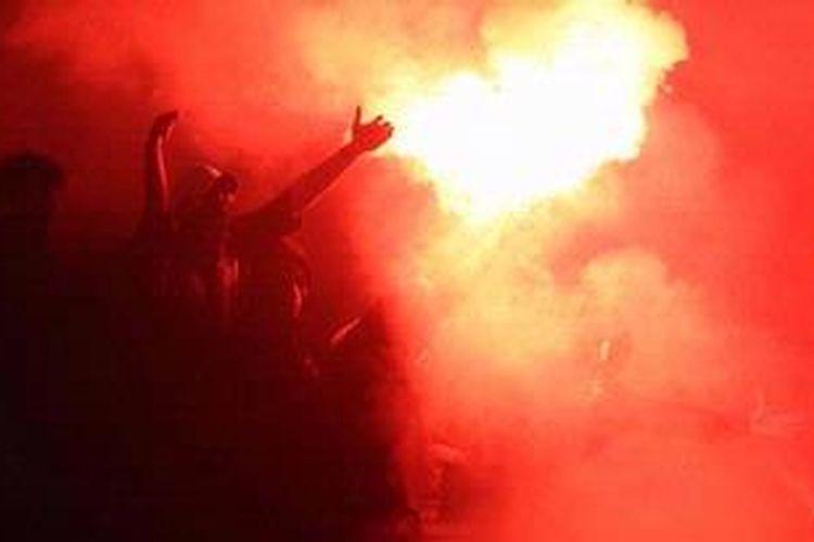 Suporter Persija Jakarta merayakan gol yang dicetak pemain Persija Jakarta ke gawang Arema Indonesia di turnamen Trofeo Persija 2012 di Stadion Utama Gelora Bung Karno, Jakarta, Sabtu (24/11/2012). Persija adalah satu dari tiga klub ISL yang lolos dari hukuman PSSI.