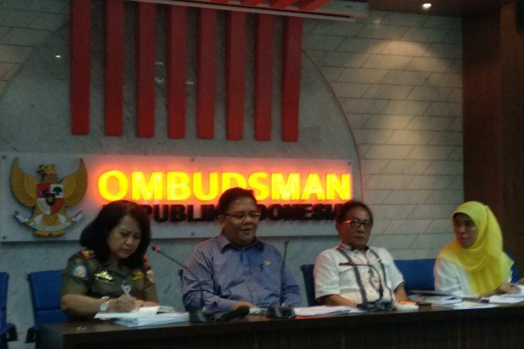 Anggota Ombudsman RI Adrianus Meliala bersama jajaran Pemprov DKI Jakarta menyampaikan hasil investigas Ombudsman terkait maladministrasi Satpol PP DKI menata PKL, Kamis (2/11/2017).