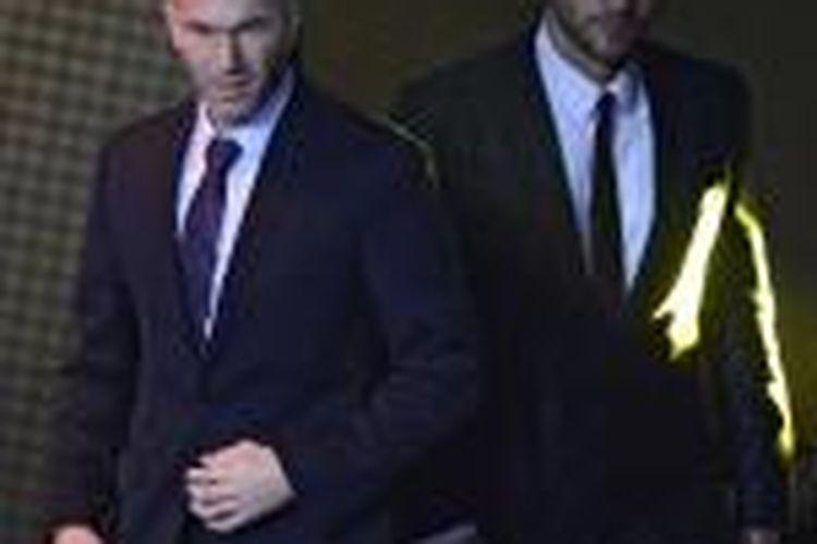 Legenda sepak bola Perancis, Zinedine Zidane (kiri).