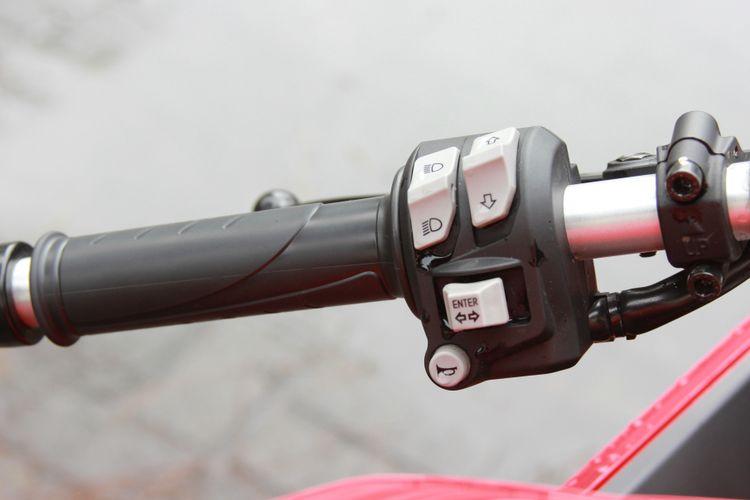 Tombol pengatur menu di panel meter ada di setang sebelah kiri Ducati Supersport