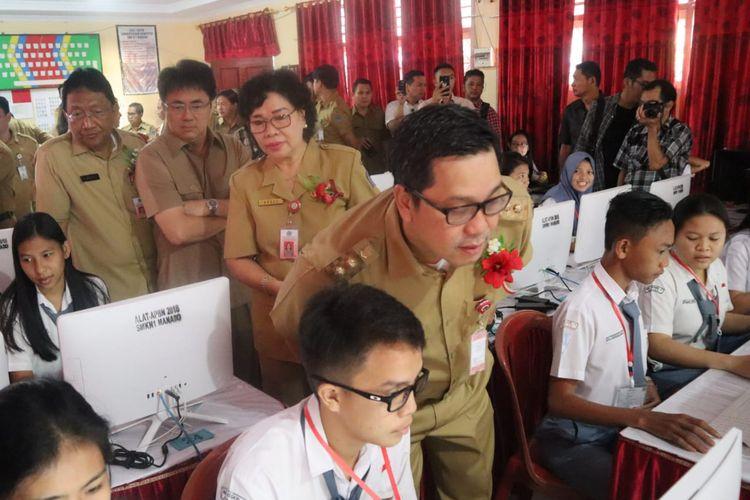 Wakil Gubernur Sulawesi Utara Steven Kandouw sedang mengecek peserta UNBK Sulawesi Utara di SMK N 1 Manado, Senin (25/3/2019) pagi.