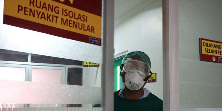 Seorang petugas di ruang isolasi RSUD Provinsi NTB, melayani sejumlah Pasien Dalam.Pengawasan (PDP) di RSUD NTB, kerja mereka makin keras paska diumumkannya pasien PDP positif corona, Selasa (24/3/2020) oleh Gubernur NTB, Zulkieflimansyah.