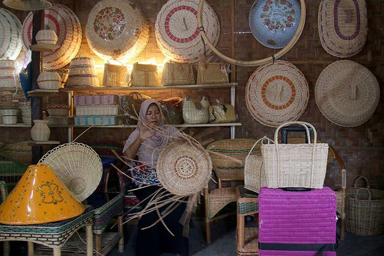 Aminah (40), pemilik usaha Rotan Dua Bersaudara, sedang menganyam keranjang dari bahan baku rotan. Usaha kerajinan produksi rumahan ini merupakan yang pertama di Desa Keude Bieng, Kecamatan Lhoknga, Kabupaten Aceh Besar. Usaha ini peninggalan Juwairiyah, almarhum ibunya, yang dirintis sejak tahun 1990.