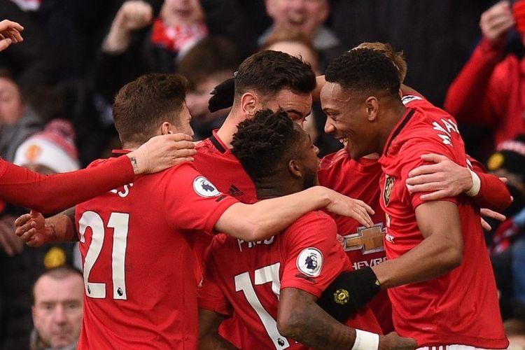 Anthony Martial (kanan) merayakan golnya bersama rekan satu timnya pada laga Manchester United vs Manchester City dalam lanjutan pekan ke-29 Liga Inggris di Stadion Old Trafford, Minggu 8 Maret 2020.