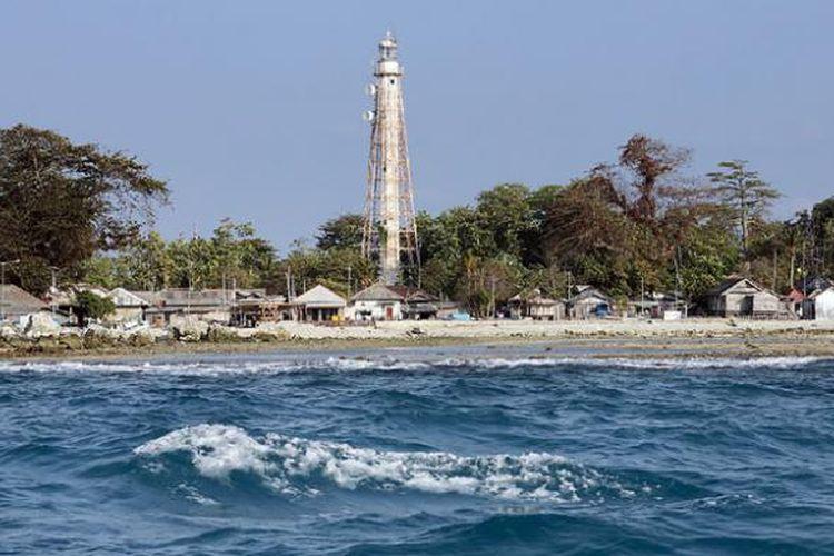 Pulau Sebira dengan pemandangan khas Mercusuar Noordwachter peninggalan zaman Belanda di Kepulauan Seribu, Jakarta, Rabu (9/9/2015). Sebagian besar penduduk pulau ini bekerja sebagai nelayan.