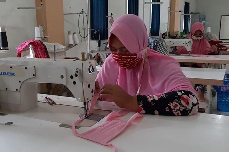 Alumnus BLK Kabupaten Pekalongan Jawa Tengah menjahit masker untuk tim gugus tugas covid-19