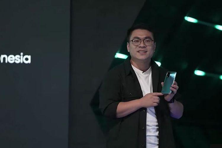 Marketing Director Realme Indonesia, Palson Yi menggenggam Realme 8 5G dalam peluncuran online ponsel tersebut, Rabu (16/6/2021).
