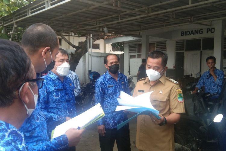 Wakil Bupati Karawang Aep Syaepuloh saat melakukan inspeksi mendadak (sidak) ke Disdikpora Karawang, Senin (17/5/2021).
