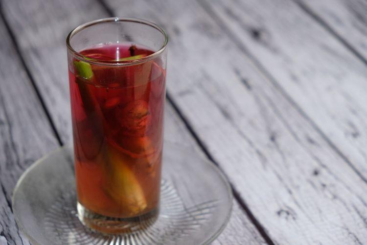 Ilustrasi wedang jahe, minuman tradisional khas Jawa. Terbuat dari jahe, sereh, cengkeh, dan gula batu.