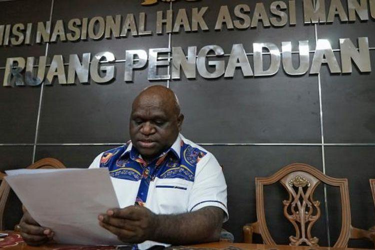 Komisioner Komnas HAM Natalius Pigai saat memberikan keterangan pers terkait kerusuhan di Manokwari, kantor Komnas HAM, Jakarta Pusat, Selasa (22/11/2016).