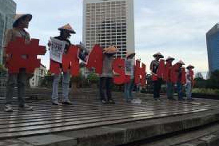 Aksi Diam Mengenang Satu Tahun Kematian Salim Kancil di Bundaran HI, Jakarta, Senin (26/9/2016). aksi ini dilakukan untuk mengajak publik mengenang setahun kematian Salim Kancil sekaligus mengingat masih banyak aktivis lingkungan yang harus mendapat keadilan.