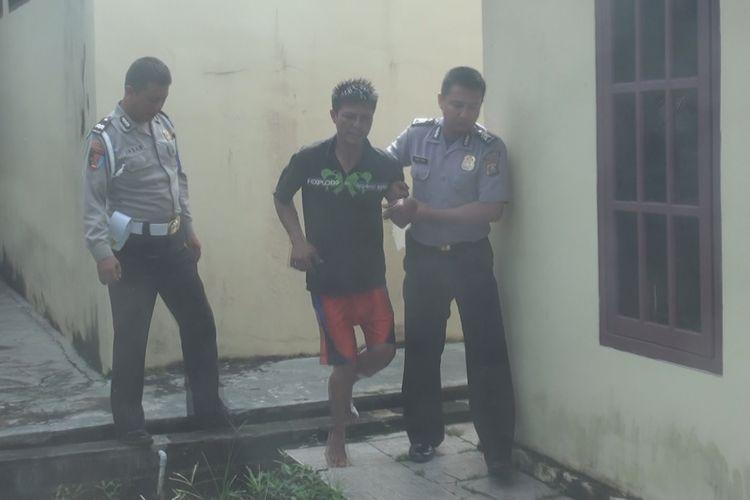 Dengan langkah pincang Maryadi dibawa ke ruang pemeriksaan di Unit Reskrim Polsek Prabumulih Barat untuk menjalani pemeriksaan, Kamis (4/4/2019).