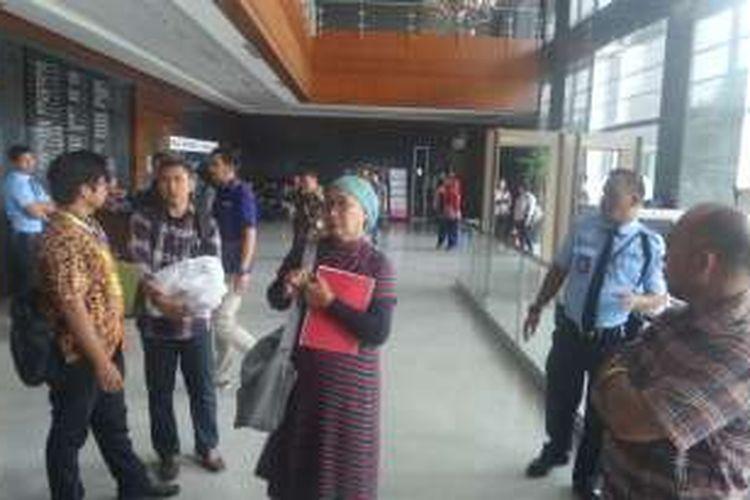 Aktivis perempuan Ratna Sarumpaet, LBH Jakarta, beserta sejumlah warga Pasar Ikan mendatangi Pengadilan Negeri Jakarta Pusat. Warga mengajukan gugatan kelompok atau class action terhadap penertiban yang dilakukan Pemprov DKI, Senin (3/10/2016)