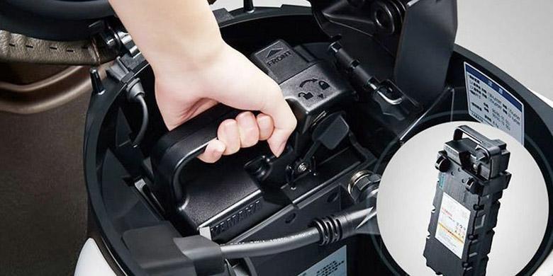 Boks penympanan barang bisa digunakan menyimpan baterai cadangan.