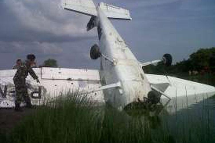 Hilang keseimbangan , pesawat latih. jatuh ke tambak,  di. Dukuh Tambak Gojoyo,  Kecamatan Wedung, Demak, Senin (20/6/2016)
