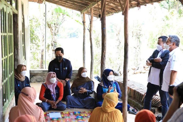 Menteri Badan Usaha Milik Negara (BUMN) Erick Tohir berinteraksi dengan kelompok nasabah ultramikro (UMi) dari PT Permodalan Nasional Madani (Persero).