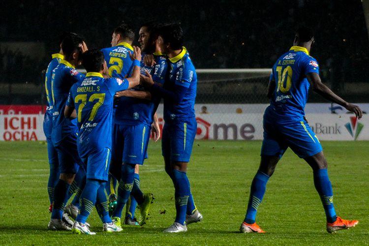 Para pemain Persib merayakan gol ke gawang Perseru Badak Lampung FC, dalam laga pekan ke-33 Liga 1 2019, di Stadion Si Jalak Harupat, Senin (16/12/2019).