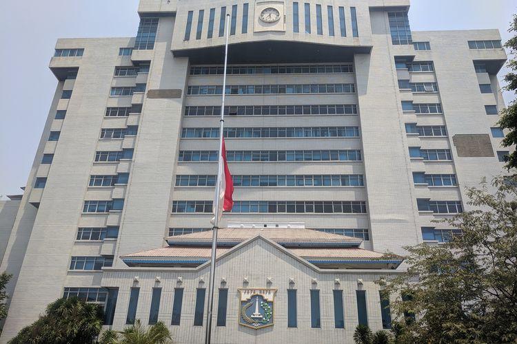 Bendera setengah tiang dikibarkan di sebuah gedung perkantoran di Jalan Yos Sudarso, Tanjung Priok , Jakarta Utara, Kamis (12/9/2019). Bendera setengah tiang itu sebagai tanda duka atas meninggalnya Presiden ke-3 RI, BJ Habibie, pada Rabu kemarin.