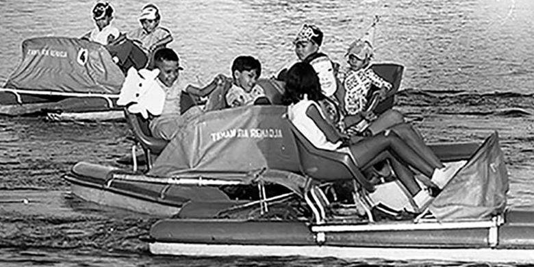 Diantara banyak wahana permainan, sepeda air menjadi permainan favorit pengunjung Taman Ria Remaja di Senayan, Jakarta.