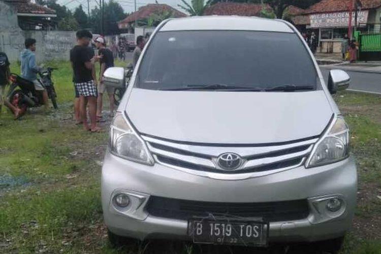 Mobil Toyota Avanza berwarna silver terparkir di lahan kosong, di Dusun Gandasari, Desa Gunungcupu, Kecamatan Sindangkasih, Kabupaten Ciamis, Senin (16/11/2020). Belakangan diketahui bahwa mobil tersebut adalah mobil curian.