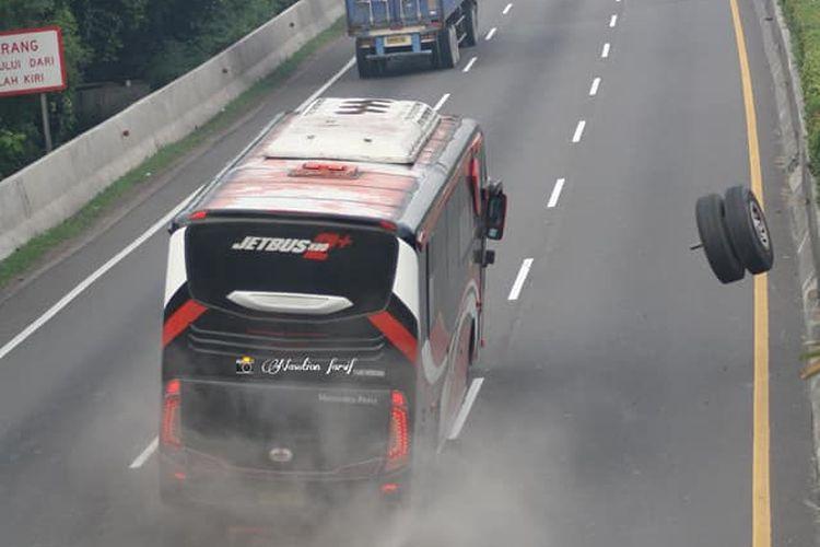 As roda belakang bus putus