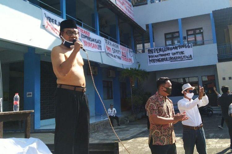 Rektor UNIBA Solo, Pramono Hadi melepas baju dan nyatakan mundur dalam orasinya di hadapan massa aksi di halaman kampus setempat, Selasa (30/6/2020).